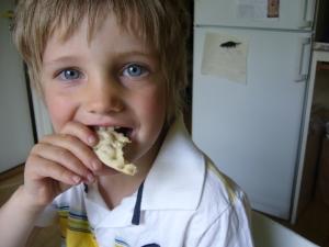 niño preescolar comiendo galleta