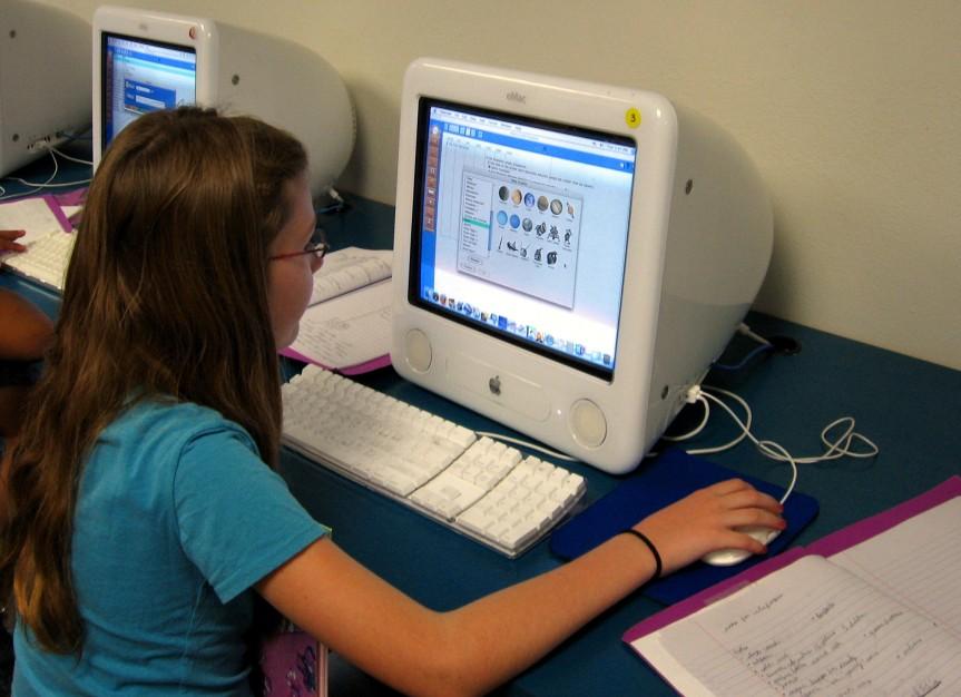 adolescente navegando en internet