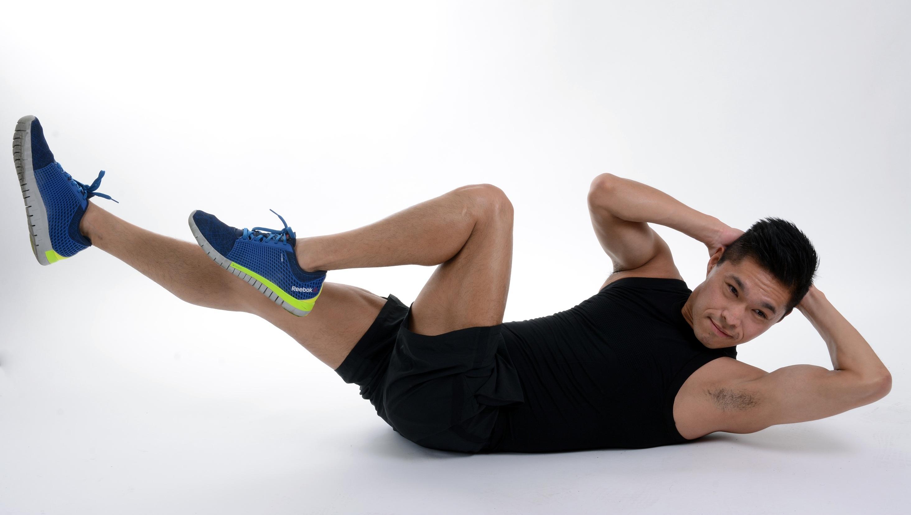 Hombre haciendo abdominales codo rodilla