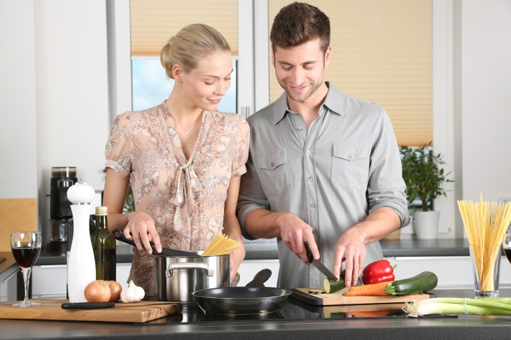 Pareja preparando recetas saludables