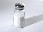 salero con sal de mesa