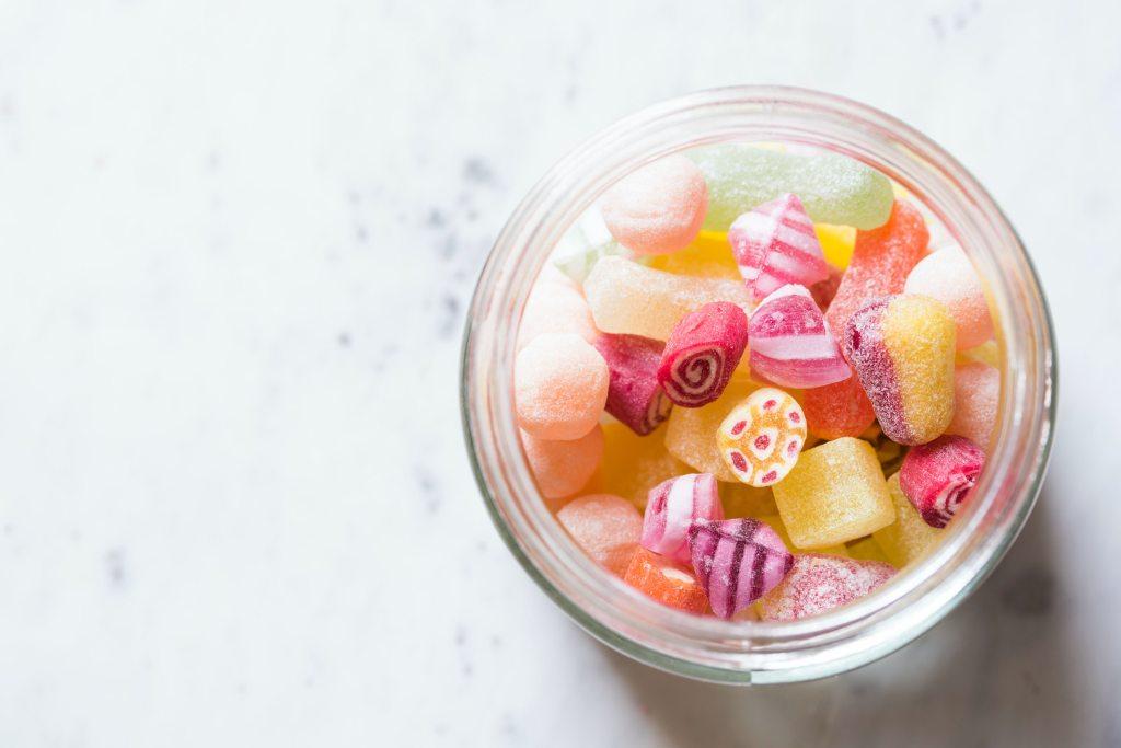 Recipiente con dulces y caramelos