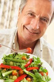 hombre comiendo ensalada
