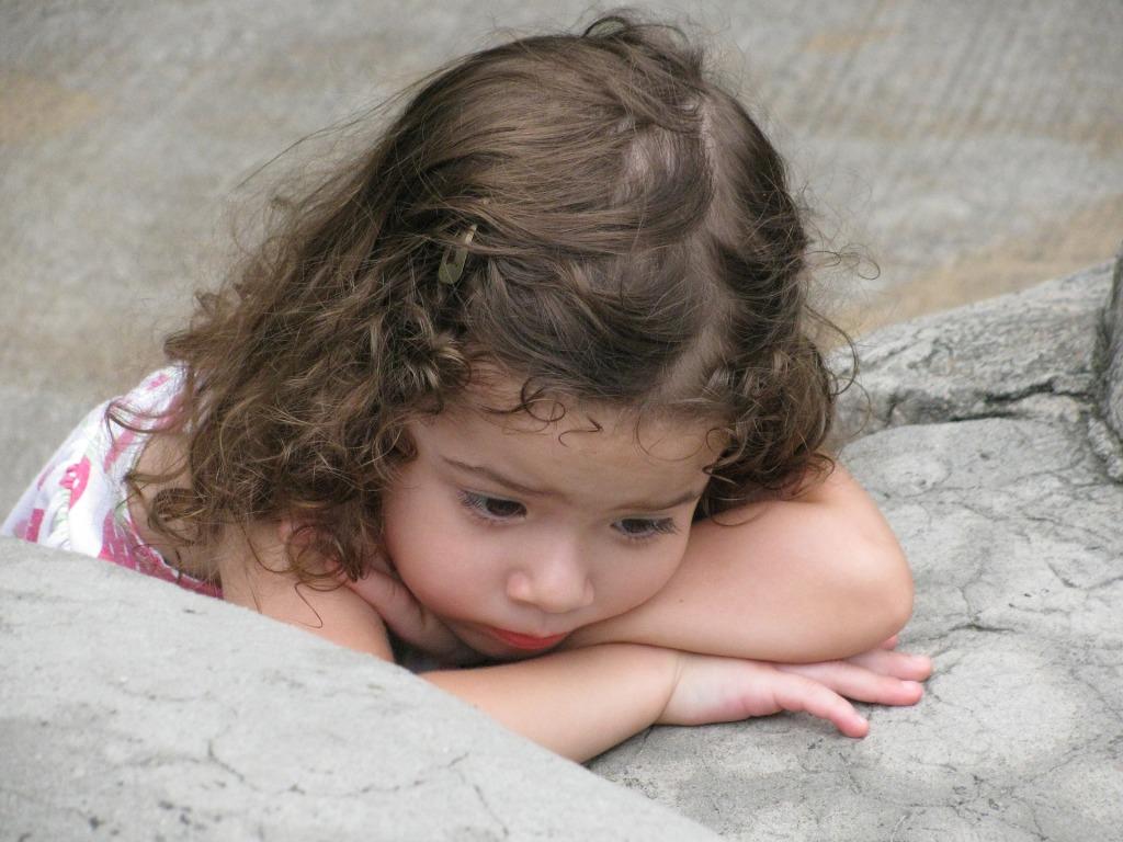 Niña preescolar con semblante triste o somnoliento