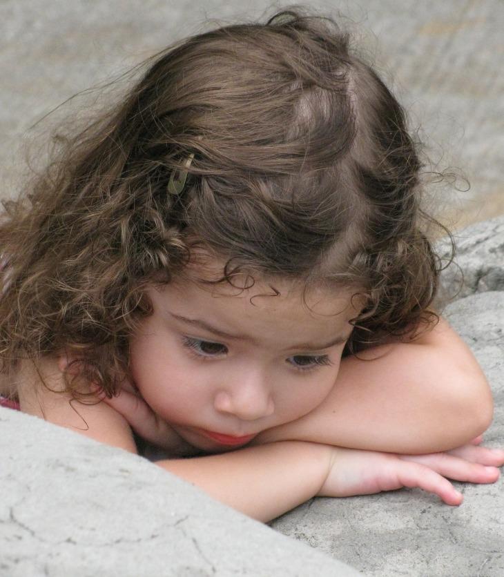 Niña preescolar triste o con sueño