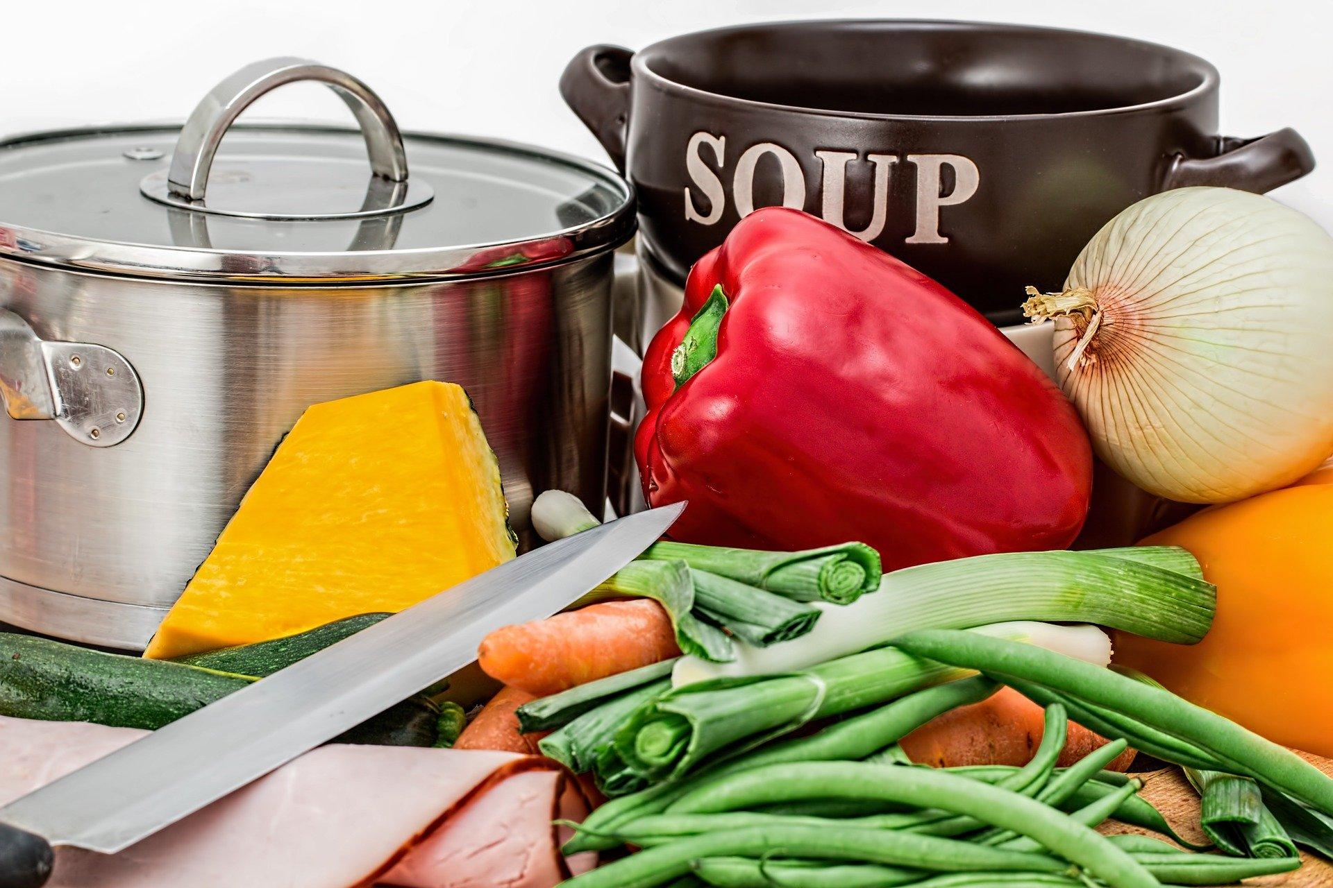 Ingredientes y utensilios para preparar una sopa de verduras