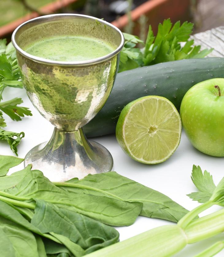 Pepino, hojas verdes, manzana, limón y copa con jugo alcalino