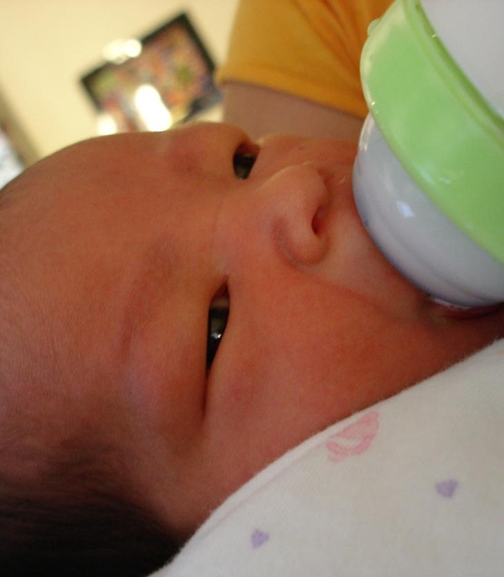 bebé tomando fórmula láctea