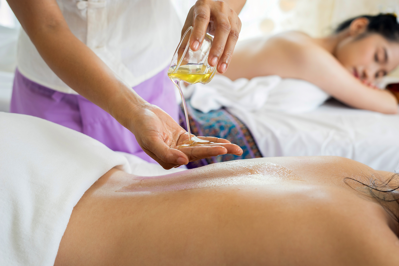 Mujer recibiendo un masaje reductivo