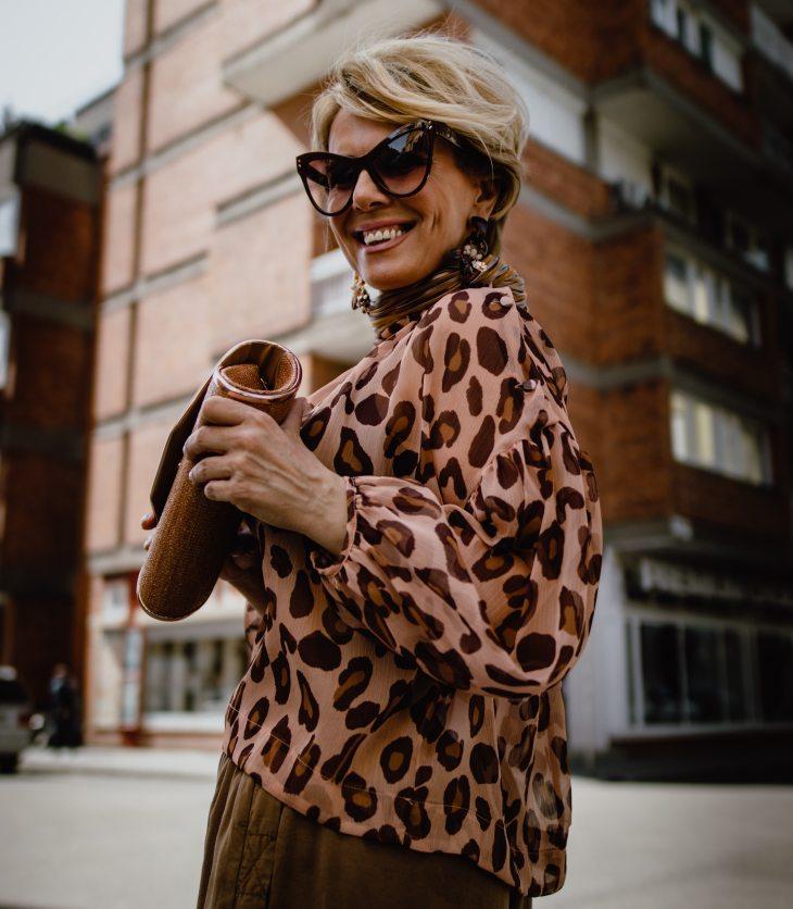 Sofisticada mujer madura sonriendo