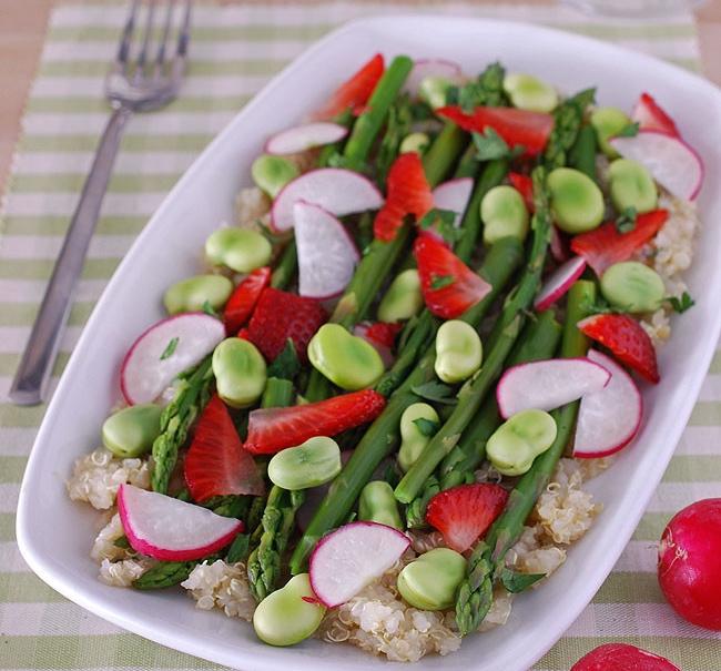 Ensalada de quinoa, espárragos yfresas