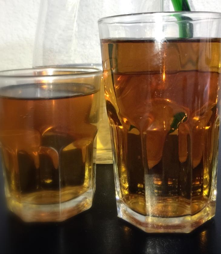 Vasos con jugo de manzana en dos tamaños de porción