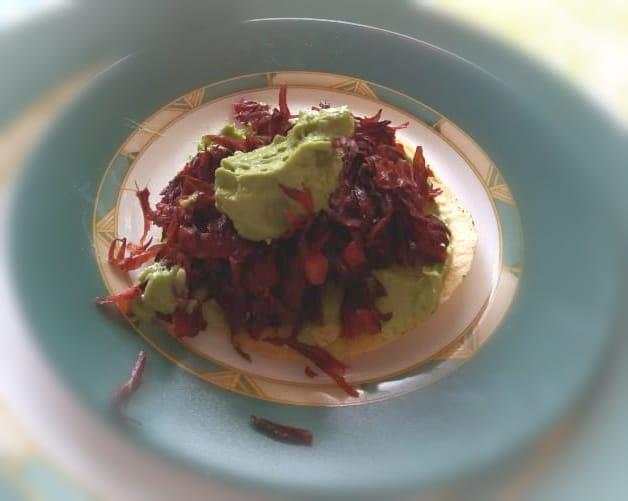 Tostadas de flor de jamaica con crema deaguacate