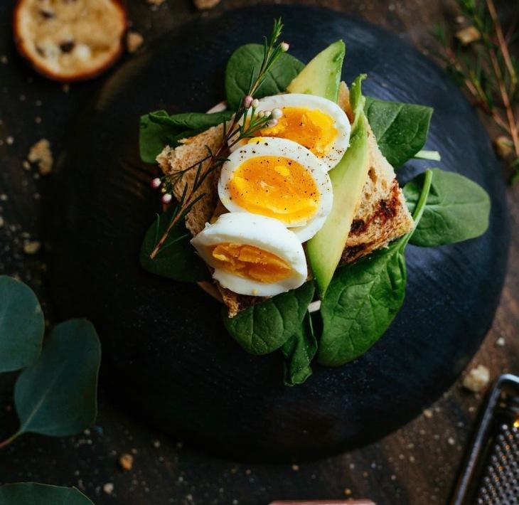 Ensalada de espinacas con aguacate y huevo cocido