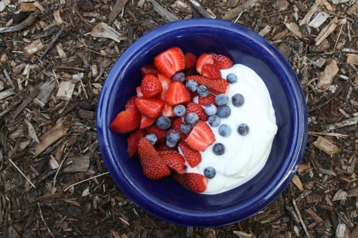 fruta con yogurt