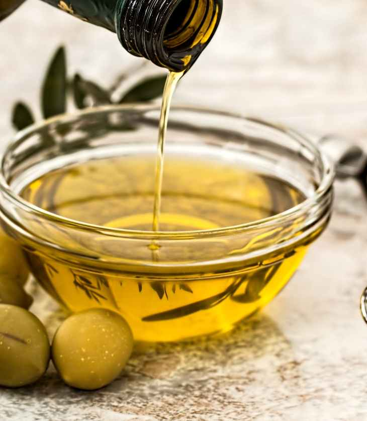 Recipiente en el que se está sirviendo aceite de oliva