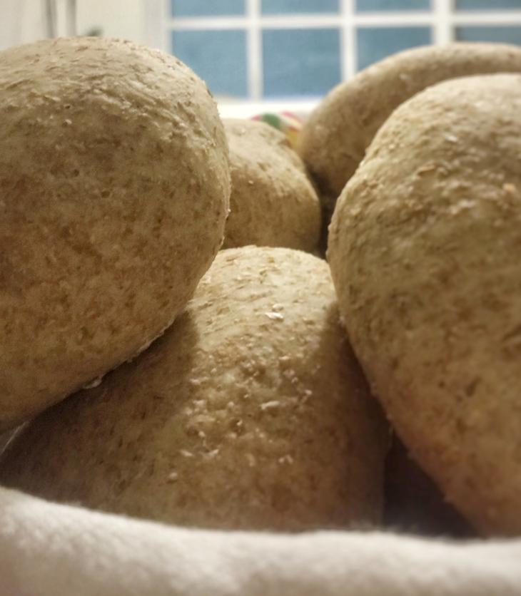 Cesta con bollos de pan integral casero