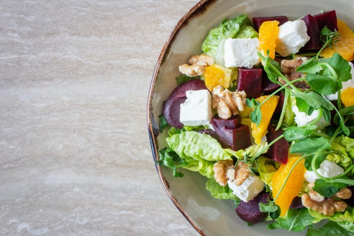 Platón con ensalada de frutas y verduras