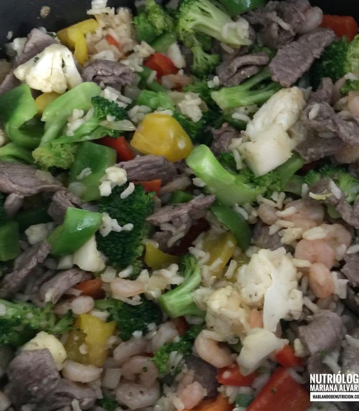 Cacerola de verduras, arroz integral y bistec de res